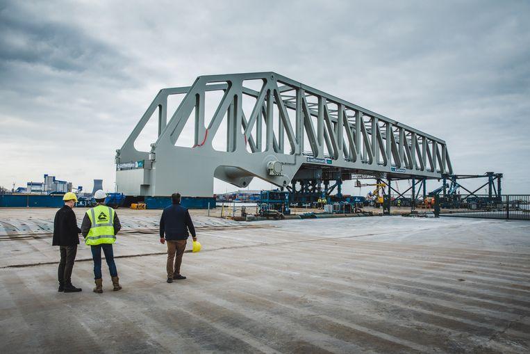 De brug wordt in gereedheid gebracht om naar het Deurganckdok vervoerd te worden