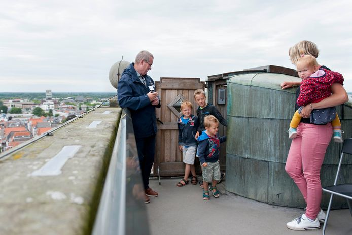 ,,Een mevrouw met een roze broek en een klein kind onder haar arm. Erachteraan komen drie jongens.'' Via een portofoon geven poortwachters op de Lebuinustoren door wie er in het trappenhuis lopen zodat bezoekers zich aan de coronavoorschriften kunnen houden.