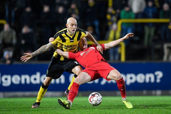 Yoni Buyens (l, Lierse Kempenzonen) in een duel met Jonathan Rowell.