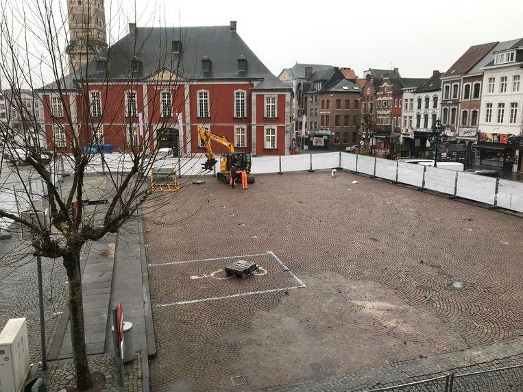 De Groenmarkt in het middeleeuwse centrum van de stad is afgezet en de graafkraan staat al klaar, zodat archeologen maandag aan de slag kunnen.