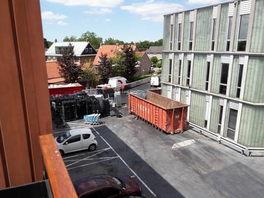 In IJsselstein op de plek waar de vrachtwagen uitbrandde wordt volop schoongemaakt.