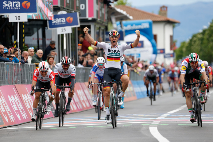 Pascal Ackermann juicht na het winnen van de etappe.
