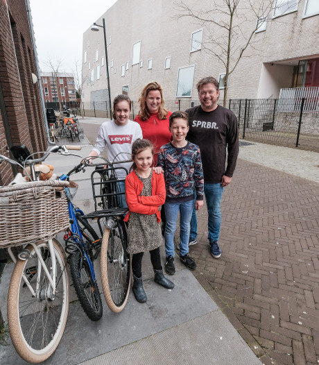 De familie Massop heeft de ene keer bakker Robèrt als buur, dan weer Guus Meeuwis
