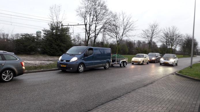 Al ruim voor 9 uur stond in de Verschuurweg een hele rij auto's te wachten totdat de poorten van de milieustraat zouden open gaan.