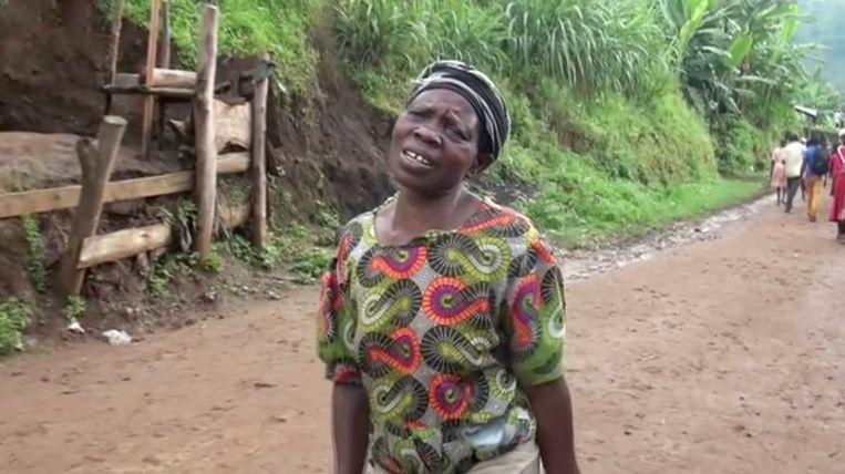 Een vrouw huilt, nadat ze een van haar kinderen verloren is.