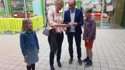 VIDEO. Vlaams minister Ben Weyts (N-VA) haalt kattenkwaad uit in stemhokje
