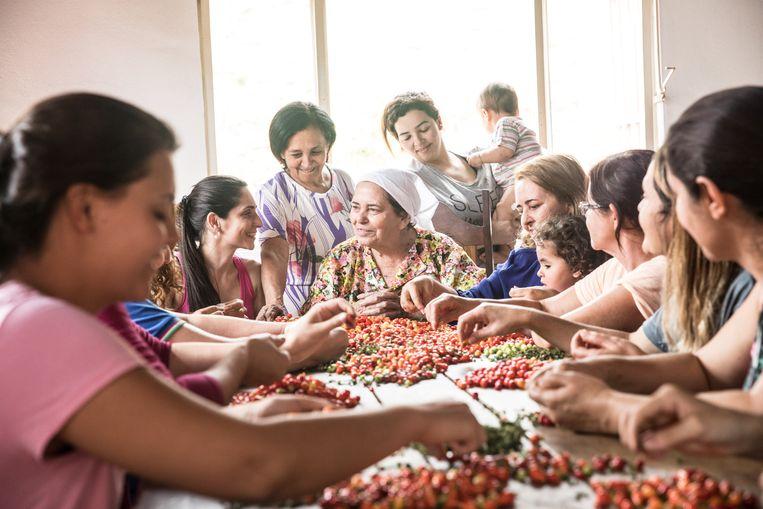 De vrouwen aan tafel. In het midden zit matriarch Delina, met naast haar Elida, haar persoonlijke assistent.  Beeld Waldthausen Marlena