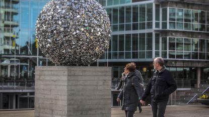 En wat ziet u in blinkende bal voor gemeentehuis?