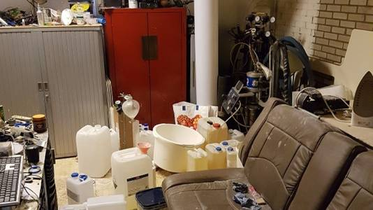 Het drugslab in de garagebox, waar de man niet alleen werkte, maar ook woonde.