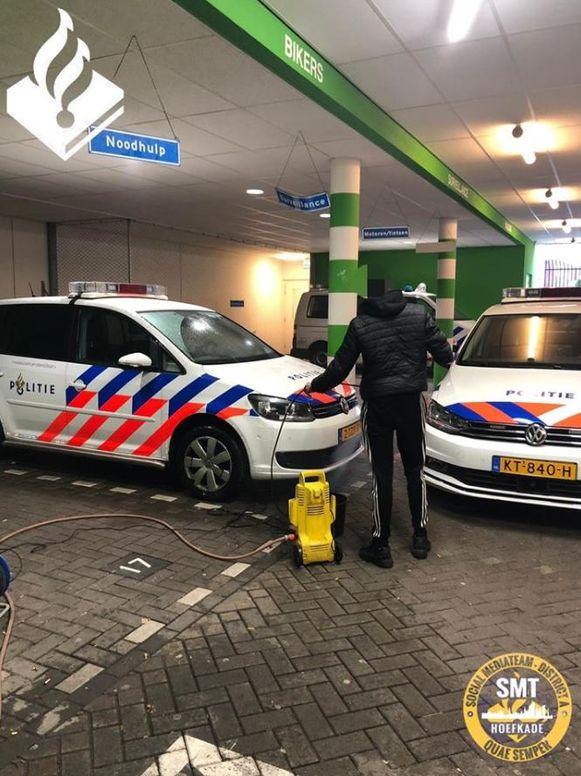 De jonge overtreder moest voor straf politieauto's poetsen.