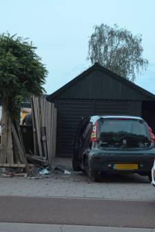 Automobilist rijdt door schutting en moet mee naar politiebureau voor blaastest