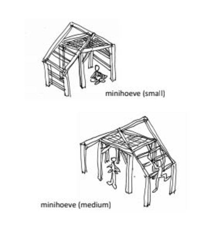Voorbeelden van twee houten speelhuisjes, waarop kinderen straks ook kunnen klimmen en klauteren.
