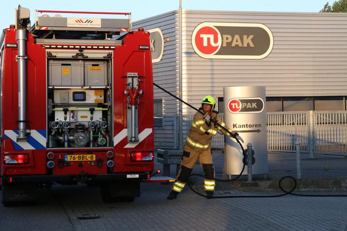 De brandweer bij een bedrijfspand aan de Marconistraat in Nijkerk, dat vol rook staat en waar het brandalarm afgaat.