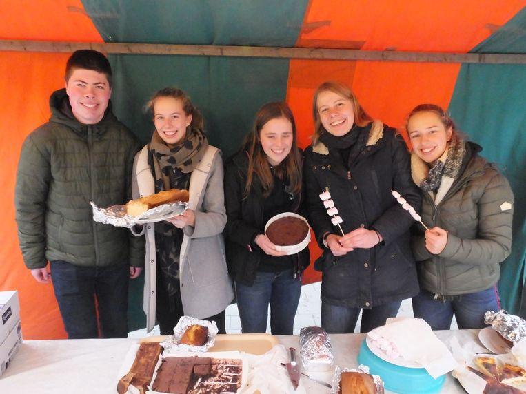 Leden van de leerlingenraad met hun zelfgebakken lekkernijen op de mini kerstmarkt.
