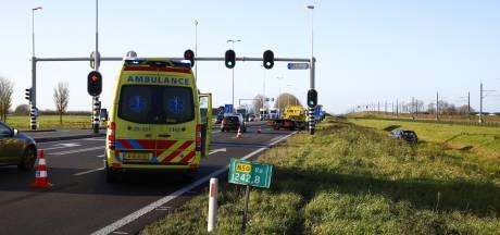 Vrachtwagen beukt personenauto sloot in op N50 tussen Zwolle en Kampen: rijstrook dicht