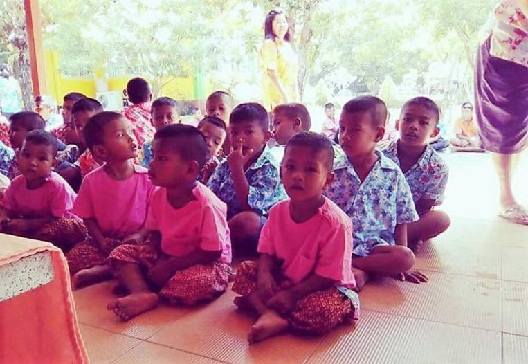 Enkele weesjes in het Thaise Thung Song.