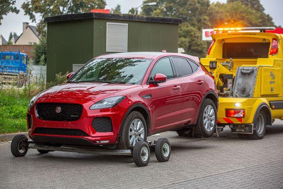 Hoe de politie deze gestolen Jaguar op het spoor kwam, is niet duidelijk.