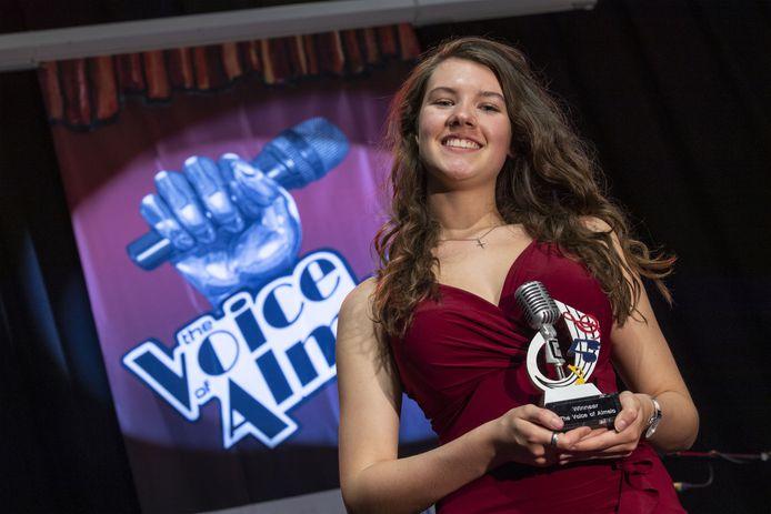 Marly van Gaal met de trofee die past bij de winnares van The Voice of Almelo.