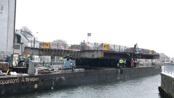 Het brugdek werd op het ponton geladen en weggevaren richting atelier voor herstel.