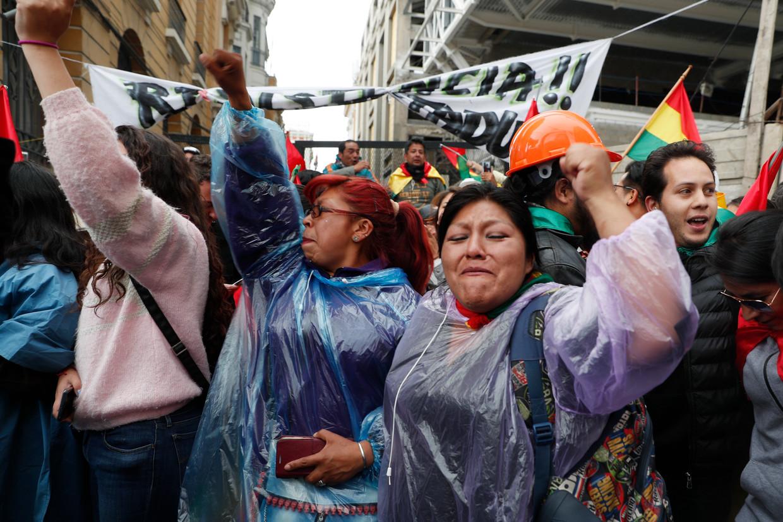 Tegenstanders van president Evo Morales vieren zijn aftreden in de straten van La Paz.