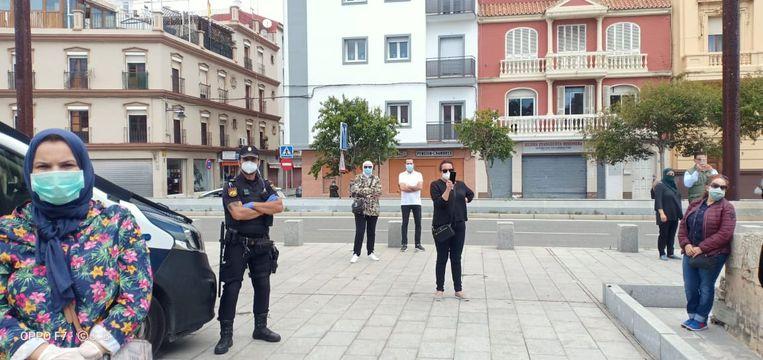 Een groepje Marokkanen demonstreert op 11 mei voor het Marokkaanse consulaat in Algeciras (Spanje).