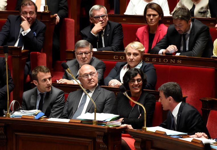 Valls (r.) ging in hat parlement in discussie met zijn minister van Economie Macron (l.).