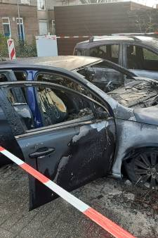 Eerst werd kerstverlichting uit buurt in Apeldoorn gejat en nu gaan er drie auto's in vlammen op: 'Ik voel me niet meer veilig zo'