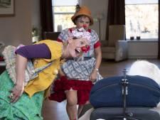 Clowns laten demente ouderen in Vriezenveen weer lachen zoals vroeger