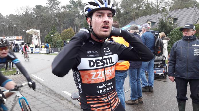 Winnaar Twan van den Brand komt in Huijbergen bij van zijn zware zegetocht over de Nootjesberg en het Tiestenduin.