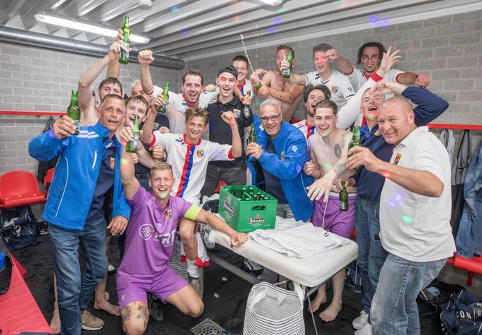 Feest in de kleedkamer van Victoria'03 na afloop, de club uit Oudenbosch handhaafde zich na een keurige 1-3-overwinning.