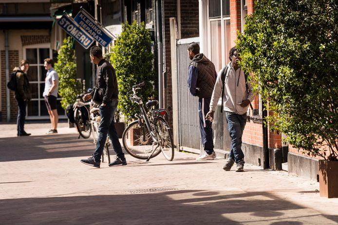 Ondanks samenscholingsverbod, hangen er  onder andere op Van Lochemstraat en Noorderhagen veel dealers rond op straat.