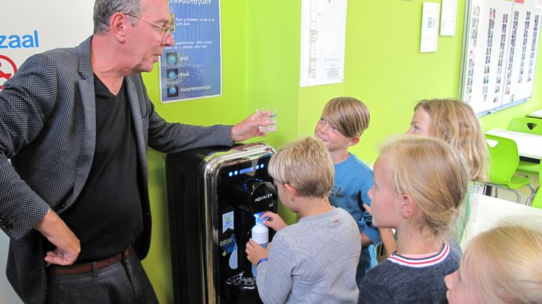 Acteur Herman Verbruggen - peter van het project DrinKraantjeswater van De Watergroep - opende het eerste drinkwatertappunt in gemeenteschool De Kei in Kapelle-op-den-Bos.