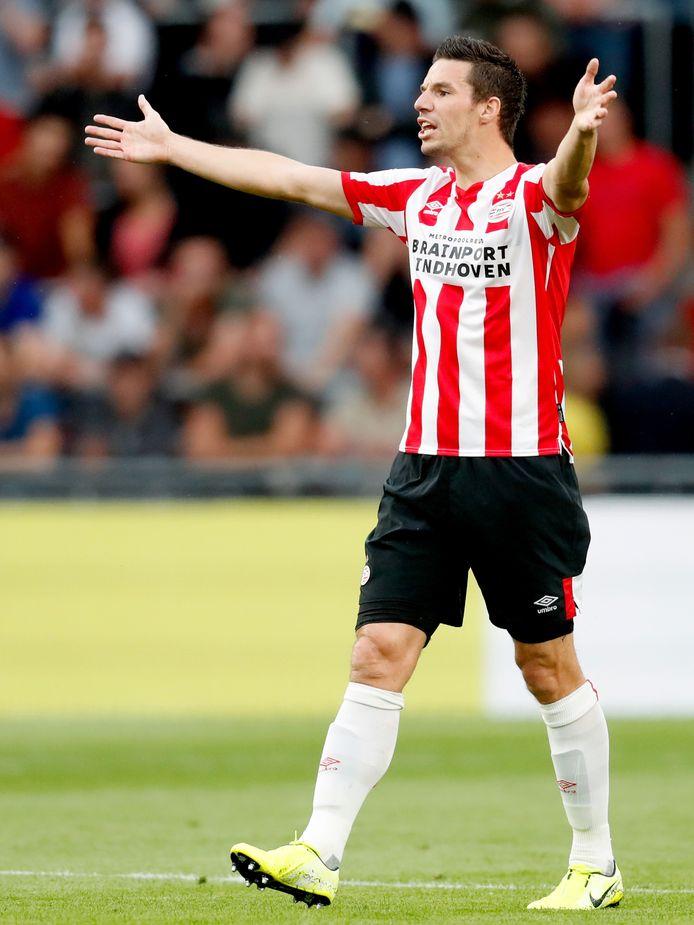 Nick Viergever in actie tegen ADO Den Haag.
