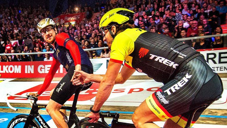 Bradley Wiggins feliciteert Fabian Cancellara met de geplande overwinning tijdens zijn afscheidsfeest in stadion 't Kuipke. Beeld Klaas Jan van der Weij