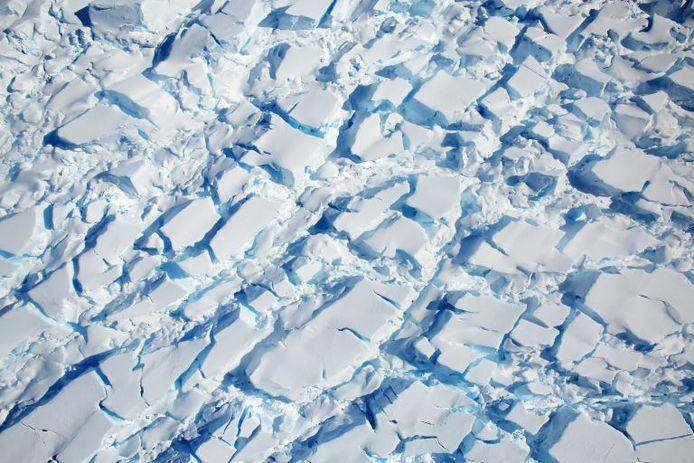 Deze afbeelding toont een gletsjer met veel scheuren, van ongeveer 21 kilometer lang en 11 kilometer breed, die westwaarts van het Dyer-plateau naar George VI Sound stroomt.