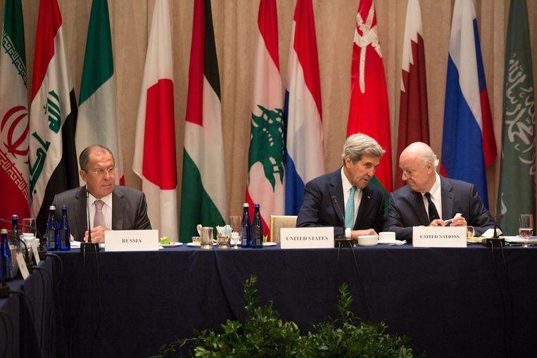 Vlnr: Sergej Lavrov, John Kerry en Staffan de Mistura bij de Algemene Vergadering van de VN in New York. Beeld afp
