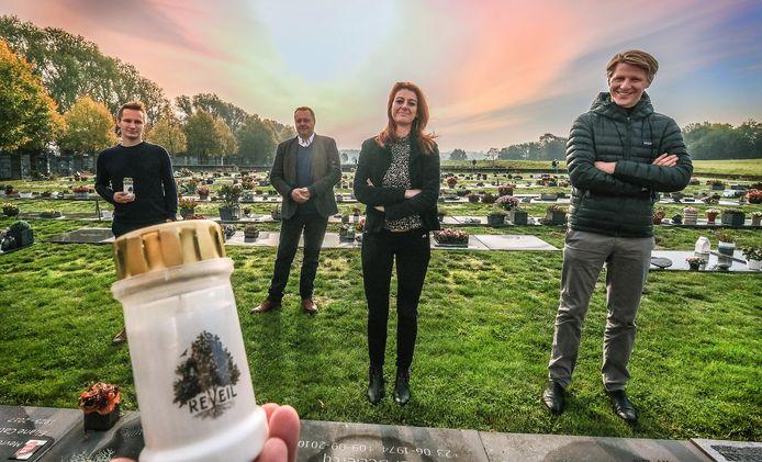 We zien (vlnr) Pieter Deknudt, directeur Jan Sabbe van crematorium Uitzicht, burgemeester Ruth Vandenberghe en schepen Axel Ronse op de begraafplaats op Hoog Kortrijk.