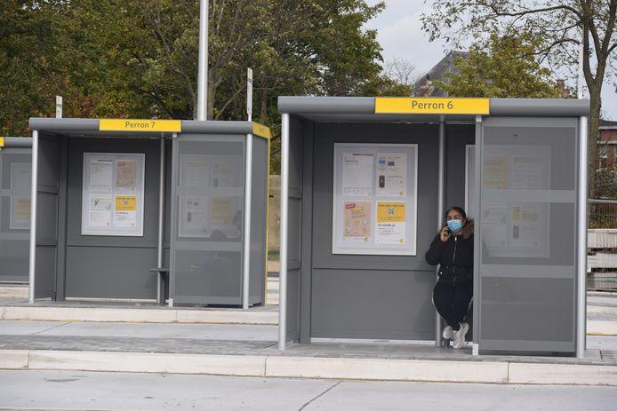 De mondmaskerplicht wordt goed opgevolgd aan het busplein in Zelzate.