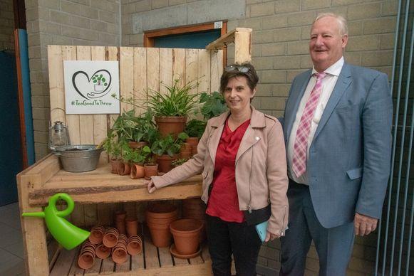 Tuinbouwschool Scheppers begint een kringloopwinkel voor kamerplanten. Directeur Lina Vissenaeken en Armand De Lepeleire (afgevaardigd bestuurder scholengroep) poseren trots bij de voorstelling van het project in Wetteren.