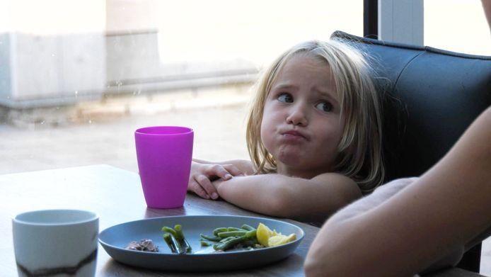De dochter van familie Waterschoot heeft moeite met hard vlees doorslikken, maar volgens haar moeder zit dat alleen tussen de oren.