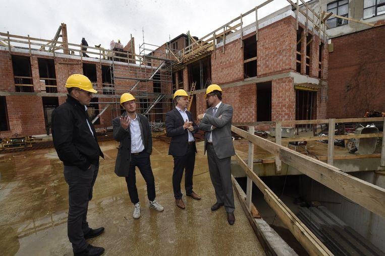 Projectontwikkelaar Luc Van Looy, Bart Lizen van Bolides, projectontwikkelaar Marc Vuylsteke en schepen Koen Kennis op de werf.