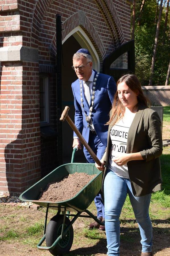 Samen met Anne Kooijmans maakt burgemeester Hans Janssen zich op voor het planten van de Anne Frank Boom op de Joodse begraafplaats van Oisterwijk.