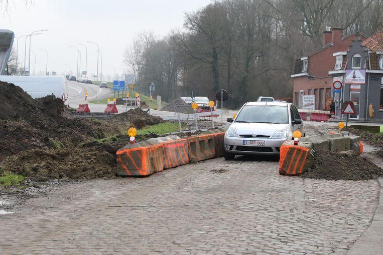De asverschuiving met betonblokken.