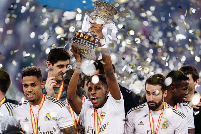 Real Madrid viert de winst van de Supercopa.