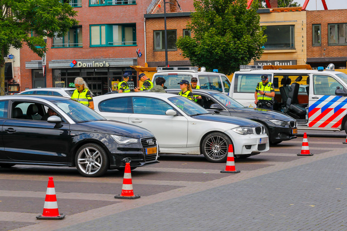 Fonkelende Audi's en BMW's gingen gisteren in de Kruisstraat in Eindhoven aan de kant. Zo kon de politie eens zien wie er in zulke wagens achter het stuur zitten.