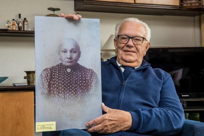 Marinus Molhoek (79) stamt af van een slaaf, op de foto met zijn overgrootmoeder (de kleindochter van de slaaf, die op de prent staat afgebeeld)