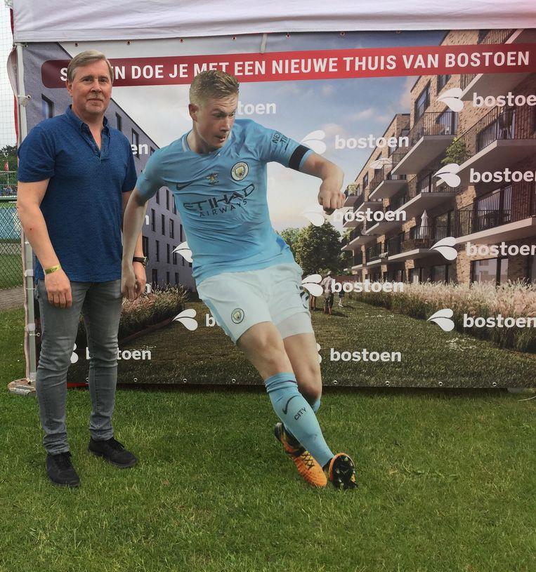 Herwig De Bruyne, de vader van, bij een promobord van zoon kevin Beeld Gerrit-Jan Ek