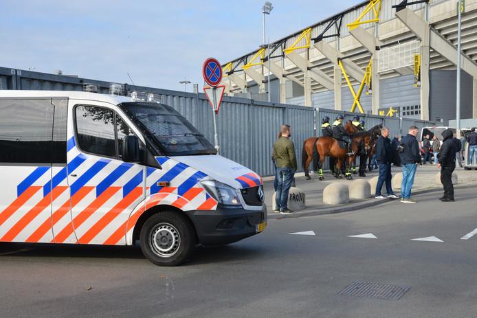 ME grijpt in als fans van NAC en Willem II elkaar te lijf willen gaan.