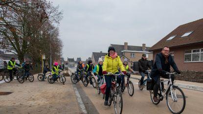 Lagere schoolkinderen rijden nieuw vrijliggend fietspad in