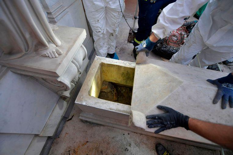 Beelden van de opening van de twee graven door forensische specialisten.